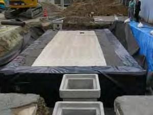 ⑨-2 遮水シートの立ち上げと天端仕上げ